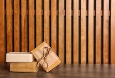 Barras do sabão na tabela imagem de stock