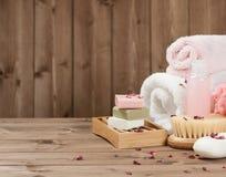 Barras do sabão, toalhas, mechas Jogo do cuidado do corpo Rose Petals secada Imagens de Stock Royalty Free