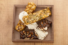 Barras do turron do nougat e do mel e do chocolate da amêndoa Fotografia de Stock