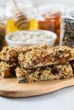 Barras e ingredientes caseiros saudáveis de granola no fundo imagem de stock royalty free