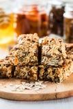 Barras e ingredientes caseiros saudáveis de granola no fundo imagens de stock royalty free