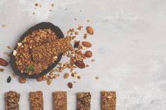 Barras e ingredientes de Granola Petisco doce saudável da sobremesa Cerea fotos de stock royalty free
