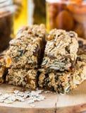 Barras e ingredientes hechos en casa sanos de granola en fondo Fotografía de archivo libre de regalías