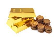Barras e moedas de ouro no branco fotos de stock