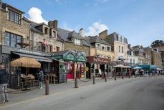 Barras e restaurantes na rua principal em Canacle conhecido para seus peixes e marisco deliciosos Brittany, France imagens de stock royalty free