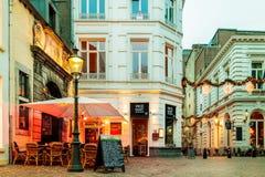 Barras e restaurantes situados em torno do ` famoso Onze Lieve Vrouw Imagem de Stock Royalty Free