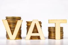 Barras empilhadas das moedas em uma tabela branca Inscrição do ICM com as letras de madeira baseadas em moedas fotos de stock