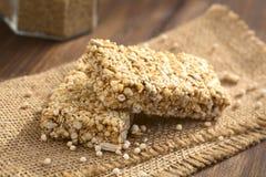 Barras estaladas do cereal do Quinoa foto de stock