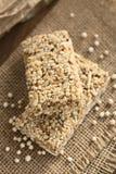 Barras estaladas do cereal do Quinoa fotografia de stock