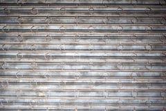 Barras estropeadas de la seguridad y obturadores aherrumbrados del metal Foto de archivo