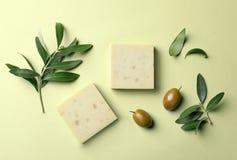 Barras feitos a mão e folhas do sabão com azeitonas foto de stock royalty free