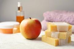 Barras feitos a mão e maçã do sabão imagens de stock royalty free
