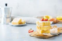 Barras hechas en casa de la galleta del polenta del limón con la formación de hielo blanca Fotografía de archivo libre de regalías