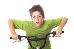 Barras jovenes de la maneta de la bicicleta del montar a caballo del muchacho Fotografía de archivo
