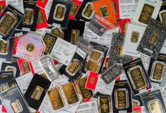 Barras Minted do ouro e do vário peso de prata selados nos fabricantes de empacotamento originais Lingotes do ouro e da prata de  imagem de stock