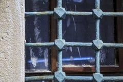 Barras muito velhas em Windows velho foto de stock royalty free
