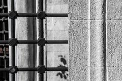 Barras muito velhas em Windows velho fotografia de stock