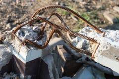 Barras oxidadas de acero en hormigón foto de archivo