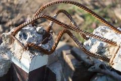 Barras oxidadas de acero en hormigón imagenes de archivo