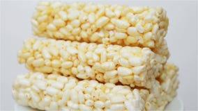 Barras quebradizas del arroz que giran almacen de metraje de vídeo