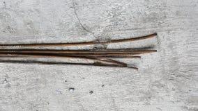 Barras redondas oxidadas en piso concreto áspero Fotos de archivo libres de regalías