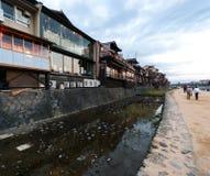 Barras, restaurantes y salones de té en el distrito de Pontocho, Kyoto fotos de archivo libres de regalías