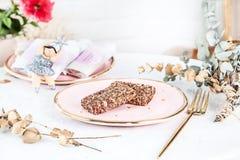 Barras saudáveis do vegetariano com os figos servidos na placa cor-de-rosa acima do fundo branco Fim acima da foto horizontal do  imagem de stock royalty free