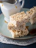 Barras sopladas dulces del arroz con caramelo Foto de archivo