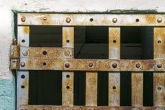Barras velhas da prisão com oxidação neles foto de stock royalty free