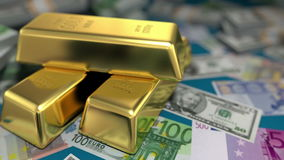 Barras y dinero de oro en una tabla