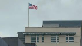 Barras y estrellas de la bandera de América en el edificio de la embajada de los E.E.U.U. en Berlín, Alemania, cámara lenta metrajes