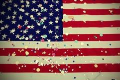 Barras y estrellas de la bandera americana con confeti colorido durante el th Imagen de archivo libre de regalías