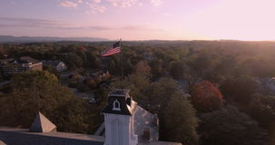 barras y estrellas de la bandera americana 4K que flotan delante - horizonte de Philadelphia - de la Pennsylvania - los E.E.U.U.  almacen de video