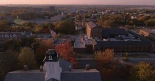 barras y estrellas de la bandera americana 4K que flotan delante - horizonte de Philadelphia - de la Pennsylvania - los E.E.U.U.  almacen de metraje de vídeo