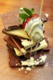 Barras y fresa de chocolate Imágenes de archivo libres de regalías