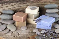 Barras y guijarros naturales clasificados del jabón Fotos de archivo libres de regalías
