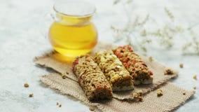 Barras y miel deliciosas del cereal en tarro almacen de metraje de vídeo