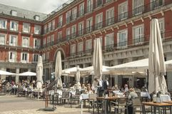 Barras y restaurantes en el alcalde de la plaza, Madrid Foto de archivo