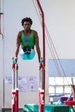 Barrases paralelas competentes del varón de los gimnastas Imagenes de archivo