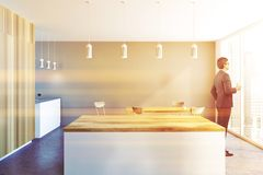 Barre à la maison de luxe grise et en bois, homme d'affaires Photographie stock