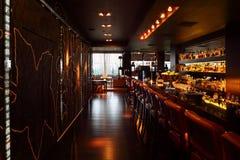 Barre al revés con las sillas altas en restaurante vacío Foto de archivo