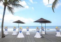 Barre as tabelas decoradas para o partido ou o casamento com vista para o mar Imagem de Stock Royalty Free