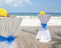 Barre as tabelas decoradas para o partido ou o casamento com vista para o mar Fotos de Stock