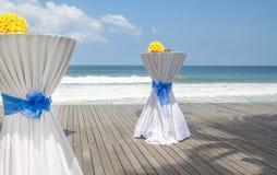 Barre as tabelas decoradas para o partido ou o casamento com vista para o mar Imagem de Stock