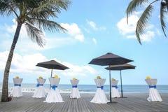 Barre as tabelas decoradas para o partido ou o casamento com vista para o mar Fotos de Stock Royalty Free