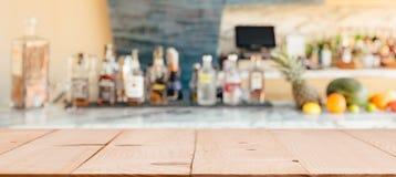 Barre avec le shelfe des boissons alcoolisées images libres de droits