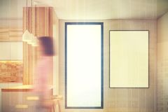 Barre blanche et en bois de cuisine, fenêtre modifiée la tonalité Photo stock