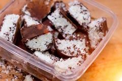 Barre casalinghe della noce di cocco del cioccolato con i fiocchi della noce di cocco modificato Fotografia Stock Libera da Diritti