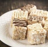 Barre croustillante de dessert de riz de guimauve avec du chocolat Photographie stock