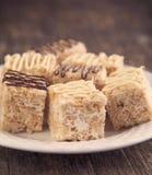 Barre croustillante de dessert de riz fait maison de guimauve avec du chocolat Image stock